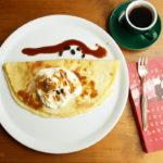 Pfannkuchen mit frischer Schlagsahne und Espressosirup