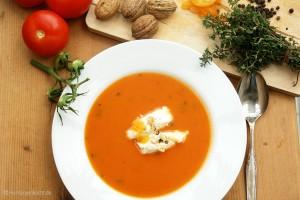 Tomatensuppe Apricot mit Thymian und gepfefferten Walnuss-Aprikosen-Nocken