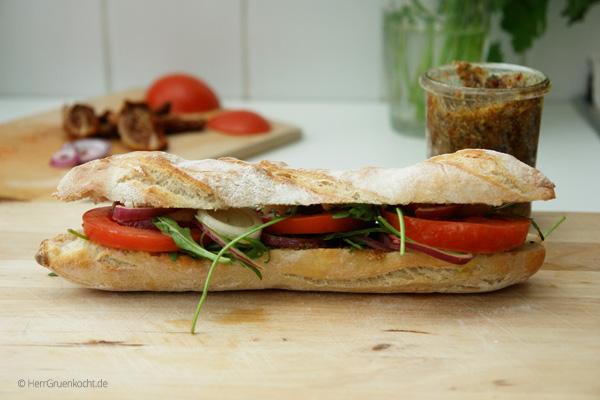Bemehltes Ficelle mit Oregano-Nuss Pesto und Tomaten-Rucola Salat