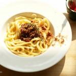 Selbstgedrehte Spaghetti mit Pesto all'arrabbiata