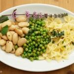 Farfalle mit  Erbsen, weißen Bohnen und Basilikumöl