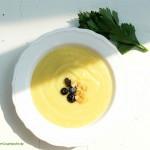 Kartoffel-Sellerie-Suppe mit Blaubeeren und Knoblauchkrokant