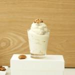 Veganer Frozen Yogurt mit gebrannten Mandeln und Ahornsirup – ohne Eismaschine selber machen