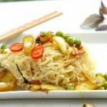 Mendake Nudeln mit Erbsen, Zwiebeln, Peperoni, Curry, Kokosmilch und Thai-Basilikum