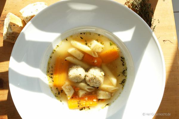 Gemuesesuppe mit Grießkloeßchen