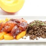 Gebratener Kürbis mit Pflaumen-Curry-Sauce und grünen Linsen