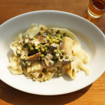 Tagliatelle mit Kräuterseitlingen und Erbsen in Estragon-Portwein-Sahne