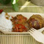 Linsen-Bananen-Balls mit Erdnuss-Paprika-Soße und Reis