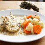 Gebratene Kartoffelkloßscheiben in Thymiansahne mit Petersilienwurzel-Möhren-Gemüse