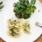 Ravioli mit Estragon-Zitronen-Sauce und Feldsalat
