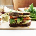 Frühlings-Sandwich mit Bärlauch-Crème, Gemüse und einer Orangen-Anis-Vinaigrette