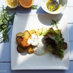 Im Backofen frittierte Kartoffeln mit Estragonsauce und Salat mit einer Estragon-Orangen-Vinaigrette