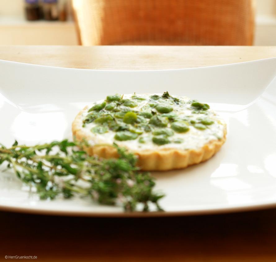 Kleine Tarte mit dicken grünen Bohnen auf saurer Sahne, frischem Thymian und Honig