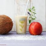Buttermilch-Frappé mit Nektarine und Kokos