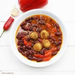 Rote Westernsuppe mit scharfen Klößchen
