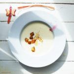 Spargelcrèmesuppe mit Croûtons, Spargelspitzen und selbst hergestelltem Rhabarbersirup