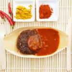 Krosse Quinoa-Frikadellen Olé mit scharfer Currysauce