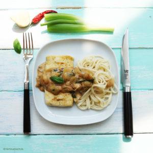 Tofusteak mit Udonnudeln und Erdnusssauce