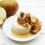 Selbst gemachter Vanille-Grießpudding mit Sahne-Zimt-Äpfeln, Walnussstückchen und Ahornsirup