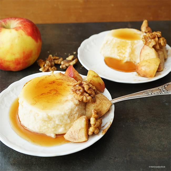 Selbst gemachter Vanille-Grießpudding mit Sahne-Zimt-Äpfeln, Walnussstücken und Ahornsirup