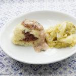 Gefüllte Kartoffelklöße mit Zwiebelrahmsauce und Spitzkohl