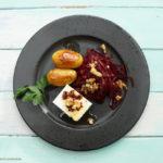 Rote-Bete-Salat mit einer Orangen-Kokosblütensirup-Vinaigrette, karamellisierte Kartoffeln und Feta