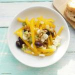 Gelber Paprikasalat mit Feta, Oliven, Lauchzwiebeln, Walnüssen und einer Orangen-Knoblauch-Vinaigrette