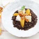 Belugalinsensalat mit Briestücken, Orangenfilets und Mandelkrokant in einer Kokos-Curry-Vinaigrette