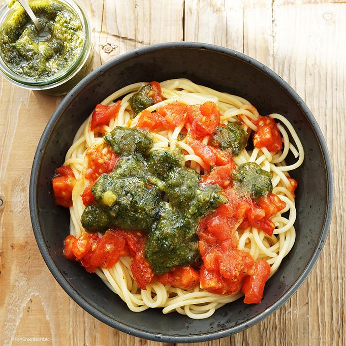 Spaghetti mit Tomatensauce und selbst gemachtem Bärlauchpesto
