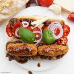 Italienische Brötchen mit Pesto all'arrabbiata und Gemüserolls (Polpette di verdure)
