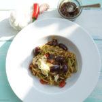 Zucchini-Spirelli mit Pesto all'arrabbiata, Peperoni und Oliven