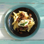 Penne Rigate mit Auberginen-Rotwein-Sauce, Mozzarella und gerösteten Pinienkernen