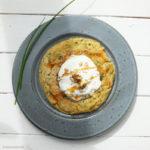 Linsenmehl-Dinkel-Pancakes mit Schnittlauch, Walnuss-Joghurt und Kokosblütensirup