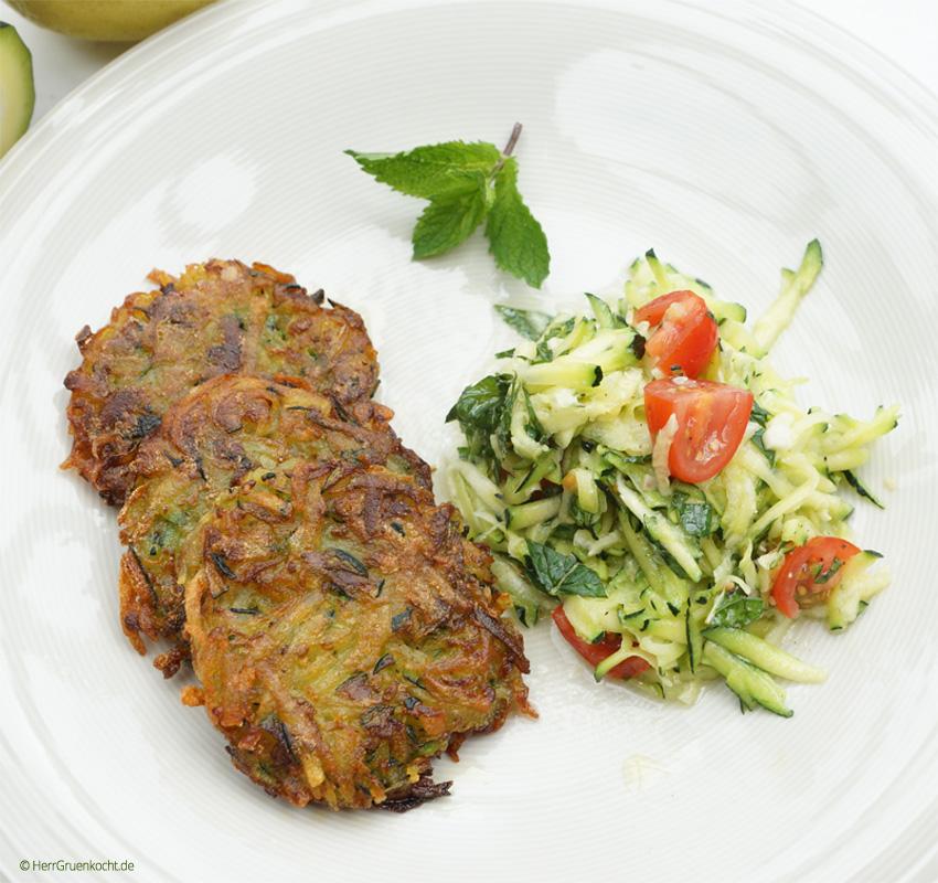 Kartoffel-Zucchini-Puffer mit Zitronensauce und einem Zucchini-Minz-Salat
