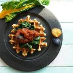 Kartoffel-Dinkel-Waffeln mit gedünstetem Mangold und einer scharfen Pflaumen-Curry-Sauce