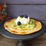 Dinkel-Haselnuss Pancakes mit Kiwis, Kokossahne und Kokossirup