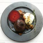 Im Ofen geschmorte Rote Bete mit Mozzarella (mit Zwiebeln, Knoblauch, Thymian, Kreuzkümmel, Curry, Zimt und Flor de Sal)