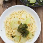 Spaghetti mit Kohlrabigemüse und Mandel-Kohlrabiblatt-Pesto