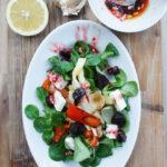 Feldsalat mit einer Himbeermarmeladen-Knoblauch-Zitronette, Ofengemüse, getrockneten Pflaumen und Feta