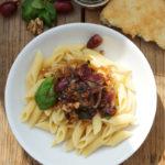 Penne Rigate mit einem Chutney aus roten Trauben, Zwiebeln, Ingwer, Walnüssen, Knoblauch, Curry und frischem Basilikum