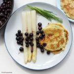 Spargel mit Blaubeeren, leicht karamellisierter Butter und kleinen Schnittlauch-Pfannkuchen