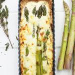 Quiche mit grünem Spargel, in einem Bett aus Crème fraîche mit Waldhonig und Thymian – überbacken mit jungem Gouda
