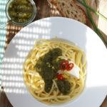 Pasta mit Schnittlauchpesto, Mozzarella und Zitrone