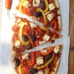 Pizza Paprika – mit Kalamon-Oliven, Feta, roter Peperoni – schön kross und auch etwas scharf