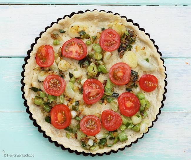 Quiche mit Frühlingszwiebeln und Tomaten