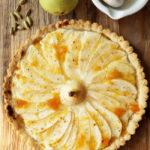 Birnentarte Fleurus – mit Dinkel-Mürbeteig, Quark-Vanille-Crème, und einer Melange aus Aprikosenmarmelade und Kardamom