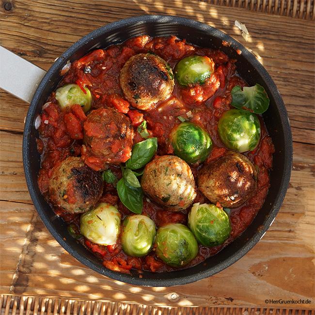 Rosenkohl italienisch mit Dinkel-Bulgur-Frikadellen in einer leicht scharfen Tomatensauce mit italienischen Kräutern