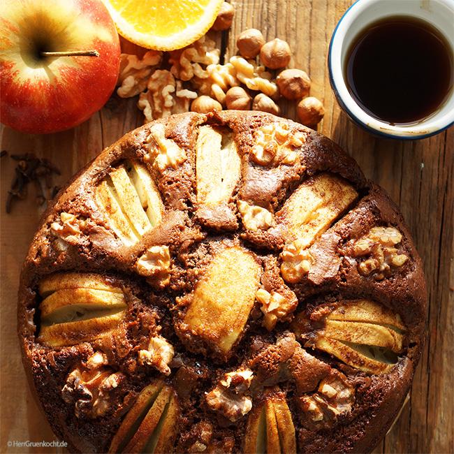 Der Herr Grün Winterkuchen mit Haselnüssen, Walnüssen, Apfel, Kakao, Zimt, Kardamom, Nelken, geriebener Orangenschale