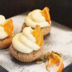 Orangen-Kardamom-Cupcakes mit kandierten Orangenstücken