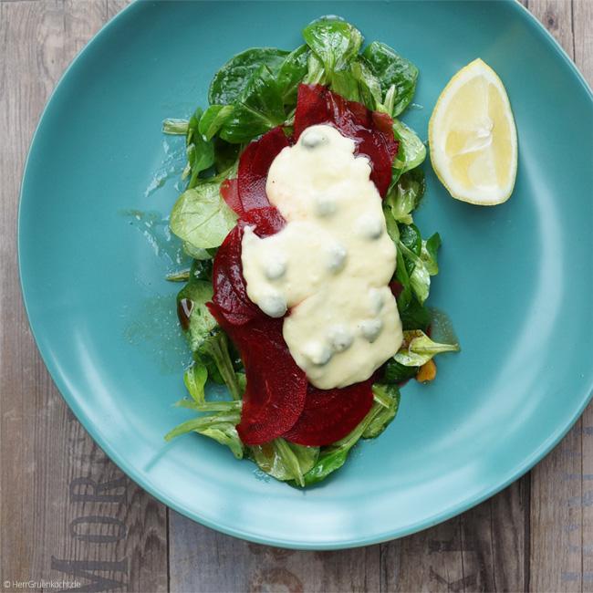 Rote-Bete-Carpaccio auf Feldsalat mit einer Kapern-Zitronen-Sauce